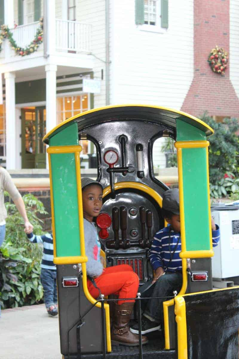 kids-on-train-at-gaylord-national-christmas-16
